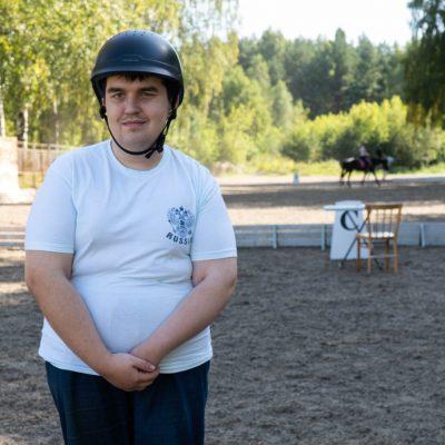 Парень Володя, говорит ему очень нравится ездить на конях